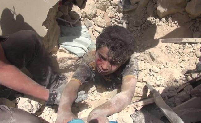 O dramático resgate de menino sob escombros após bombardeio na Síria
