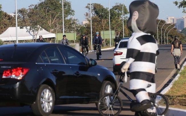 Vídeo de PAINEL POLÍTICO do Pixuleco pedalando atrás de Dilma vai parar em O Antagonista