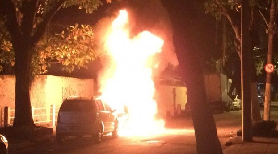 Sete carros são incendiados em bairro onde fica o Maracanã durante a madrugada