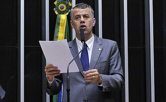 Deputado faz discurso contra o fim do bombom 'Serenata de Amor'