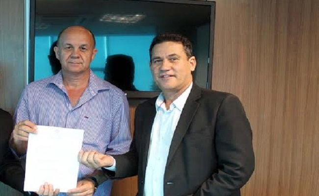 Maurão acompanha prefeito de Chupinguaia na assinatura do convênio do Fitha