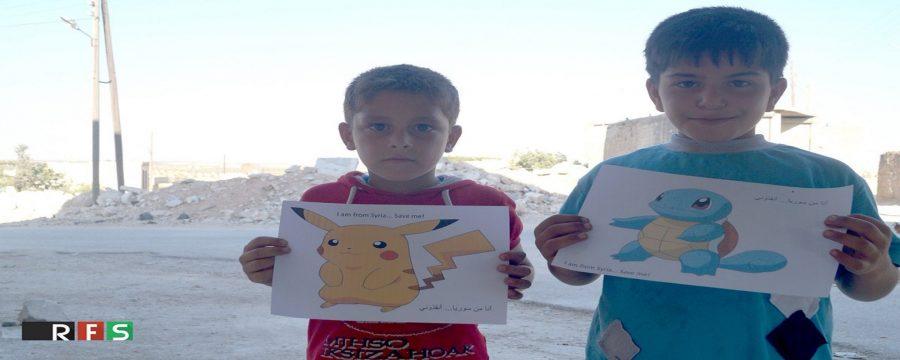 Crianças sírias seguram figuras de Pokemón na esperança de que pessoas vão lá para salvá-las