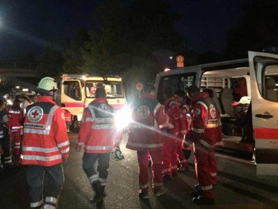 Uma grande quantidade de agentes foi enviada para o local do ataque no trem em Würzburg (Foto: Reprodução/Twitter/ huethi89)