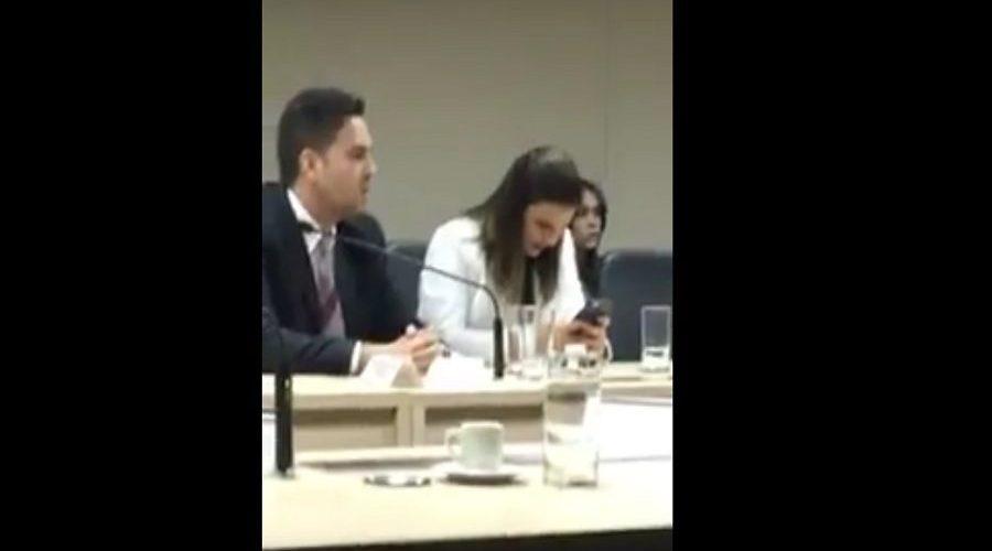 Mariana Carvalho ignora reunião que tratava de duplicação da 364 e se diverte no celular