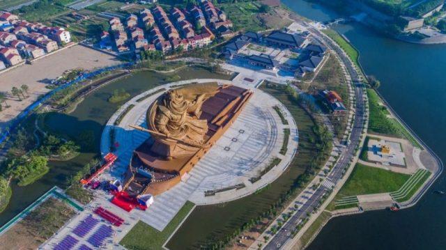 China inaugura estátua gigante, com 58 metros de altura e mais de 1.200 toneladas