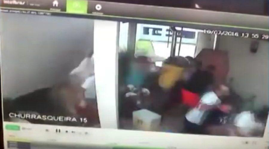 Esgoto estoura, derruba muro e fere moradores de condomínio; vídeo