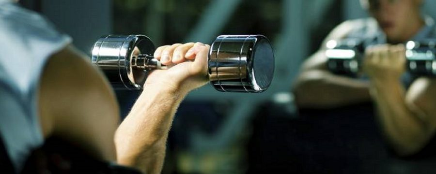 Fazer musculação com pouco peso também é eficaz