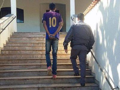Jovem detido pela PM de São Paulo. Segundo a Folha, policial publicou imagem em seu Facebook (Foto: reprodução/Facebook/Folha de S.Paulo)