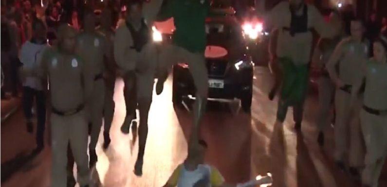 Repórter do SporTV leva tombo ao conduzir a tocha olímpica; assista