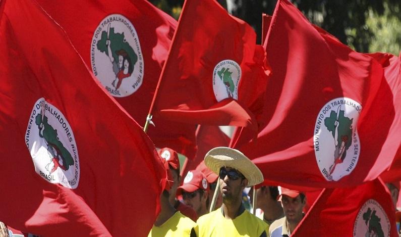 MST bloqueia rodovia em PE em protesto contra impeachment