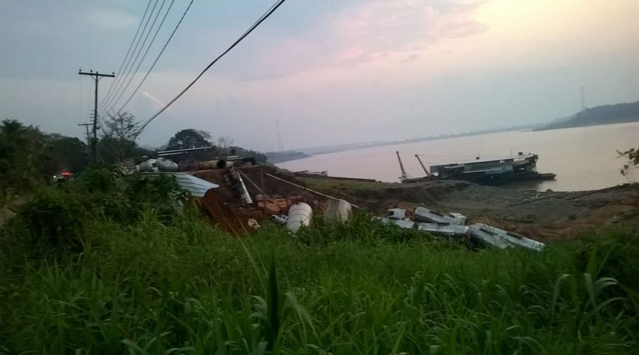 Urgente: barranco desaba na margem do Madeira e afunda 10 carretas