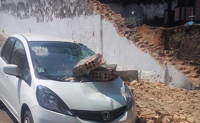 Urgente: Muro do cemitério desaba e destrói carros em Porto Velho