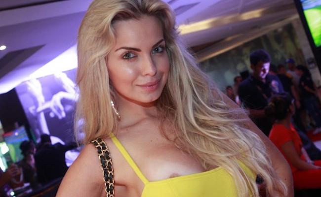 Nudes de Veridiana Freitas caem no Whatsapp; imagens mostram a modelo sem roupa na frente do espelho