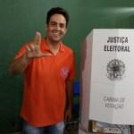 Léo Moraes vota no Colégio Rio Branco