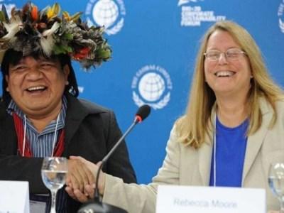 """'Tenho medo de morrer na própria aldeia': como 'cacique-modelo' da Amazônia se tornou alvo de índios madeireiros No último dia 24 de outubro, Agamenon Suruí, de 54 anos, deixou sua casa na aldeia Lapetenha, em Rondônia, para resolver assuntos de trabalho em Cacoal, a 40 km dali. Enquanto percorria um trecho de terra na garupa da moto pilotada pelo filho Pilatos, de 25 anos, ambos perceberam que eram seguidos por um carro com três pessoas. O veículo ultrapassou e bloqueou a moto. Um homem desceu. Com o dedo no rosto de Agamenon, avisou que ele e o irmão deveriam """"tomar mais cuidado"""". O irmão em questão é Almir Narayamoga Suruí, de 42 anos, chefe dos paiter-suruís e um dos principais líderes indígenas do Brasil. O episódio na estrada é sinal do agravamento dos conflitos na TI (Terra Indígena) Sete de Setembro, localizada entre Rondônia e Mato Grosso e que nos últimos anos foi considerada a grande promessa de uso da tecnologia para proteger a floresta na Amazônia. """"Tenho medo de morrer. É um risco que corro a todo o momento. As pessoas acham que me matando vão poder explorar madeira numa boa. Sou alvo não só pelos madeireiros e garimpeiros, mas também pelos índios madeireiros"""", afirmou Almir à BBC Brasil. Ele é um dos chefes indígenas mais viajados do país - já rodou por países distantes como Turquia e Indonésia, acumulou prêmios e distinções enquanto faz lobby por parcerias internacionais para preservar os recursos naturais na reserva dos paiter-suruís. Nesse trabalho, costurou acordos com grandes empresas daqui e de fora, ONGs ambientalistas e políticos em Brasília. Ganhou fama em 2008, quando fez um acordo com o Google para monitorar o desmate na terra indígena - índios ganharam celulares para registrar extração ilegal de madeira, capturar fotos e vídeos geolocalizados e fazer upload no Google Earth. Em 2012, os paiter-suruís se tornaram a primeira nação indígena do mundo a fechar contratos nos quais eles faturam ao evitar desmatamentos em seu território - houve aco"""