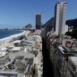 Mulher cai de prédio e atinge pedestre em Copacabana