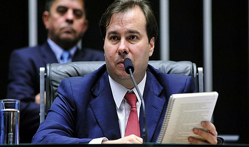 Rodrigo Maia é aconselhado a viajar pelo país no recesso