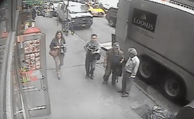 Homem rouba balde com 39 kg de ouro de caminhão blindado e só as câmeras flagram; assista