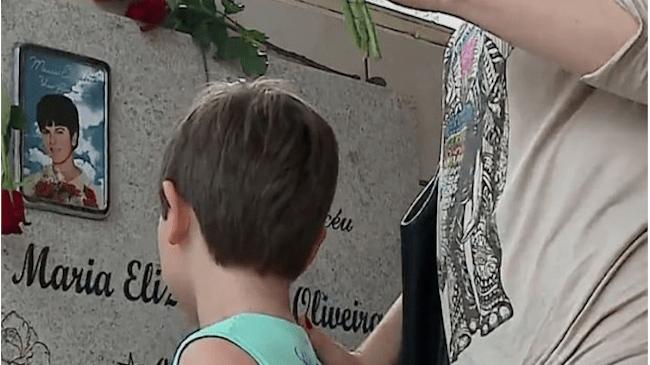 Túmulo de menina que morreu há 51 anos se transforma em romaria de fiéis