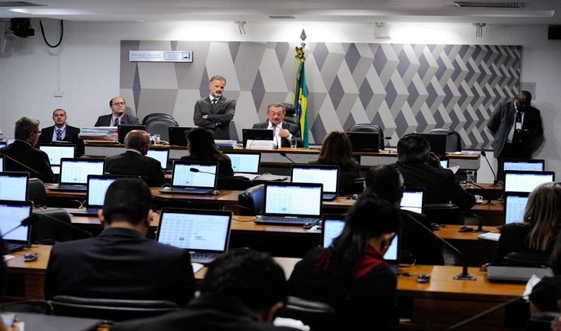 Fim do foro privilegiado, reforma política e teto de gastos foram aprovados na CCJ