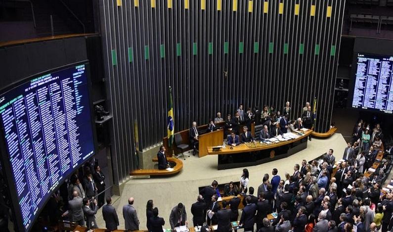 Deputados querem rever isenção de impostos a igrejas e times de futebol