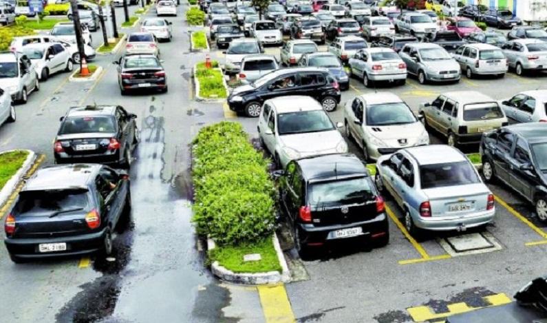 Prefeito proíbe cobrança de estacionamento por shoppings em BH