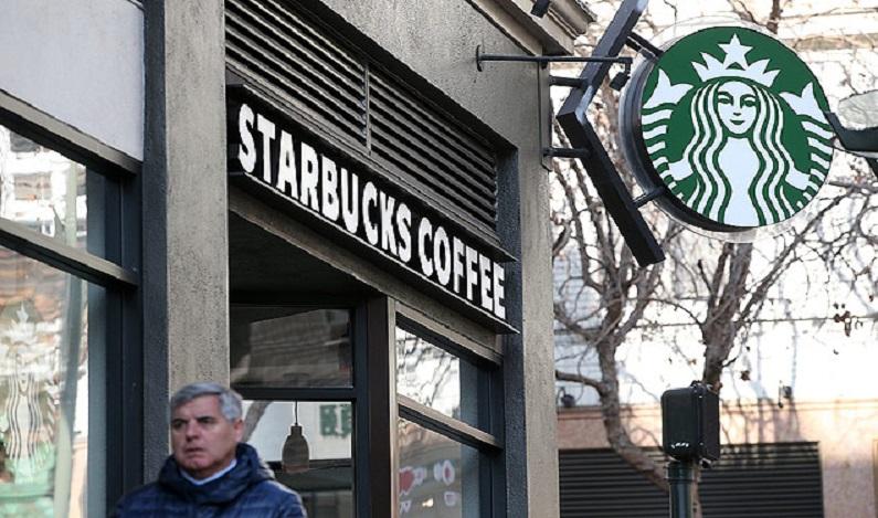 Em resposta a Trump, Starbucks diz que contratará 10 mil refugiados