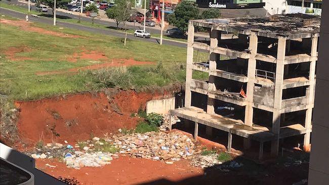Construção abandonada em Águas Claras vira lixão