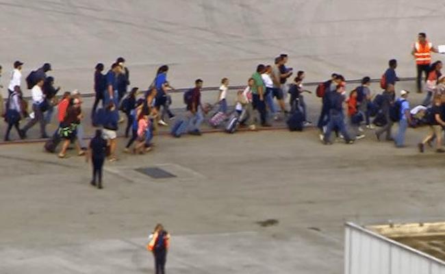Atirador abre fogo em aeroporto e deixa 'vários mortos', diz polícia
