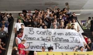 Grupo faz ato contra a alta do transporte público na rodoviária do Plano Piloto, em Brasília (Foto: Alvaro Costa/G1)