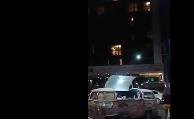 Multidão aplaude casal fazendo sexo em hotel com cortina aberta, no CE; veja