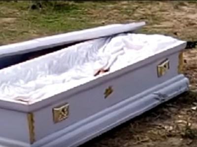 """Por falta de pagamento, agentes funerários invadem enterro e """"sequestram"""" morto."""