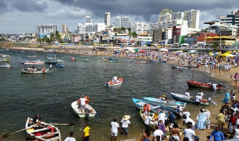 Homenagens a Iemanjá reúnem milhares em Salvador em festa no Rio Vermelho