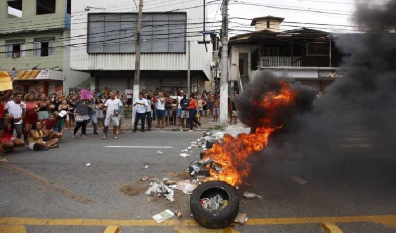 Mulheres de PMs e manifestantes contra a greve entram em conflito em Vitória