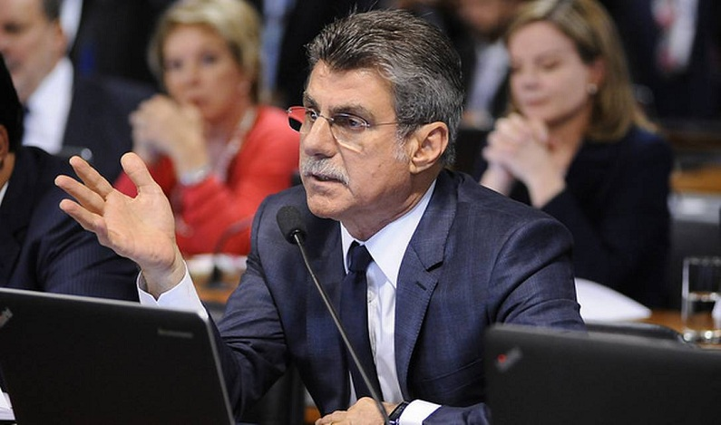 Jucá lê relatório favorável à reforma trabalhista na CCJ do Senado
