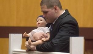 Pai é acusado pela morte do filho bebê que atirou de ponte, nos EUA