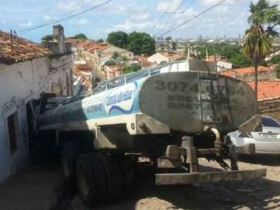 Caminhão-pipa desgovernado atinge casa em região histórica de Olinda