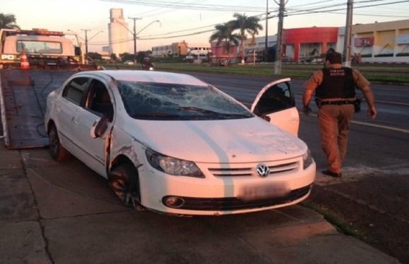 Homem rouba carro de padre, capota durante perseguição e é preso no PR