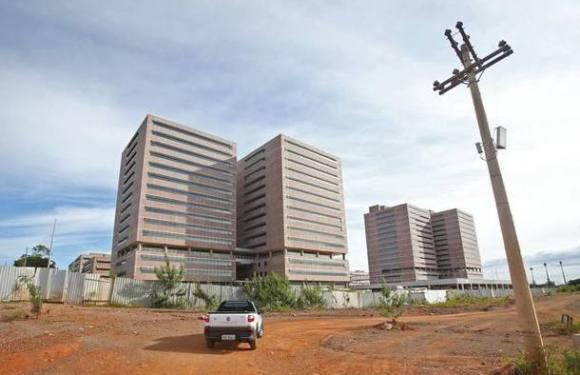 Abandonada, nova sede do DF já custou R$ 1 bilhão
