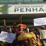 Após serem barradas, drag queens fazem 'beijaço' e desfile em shopping na Penha