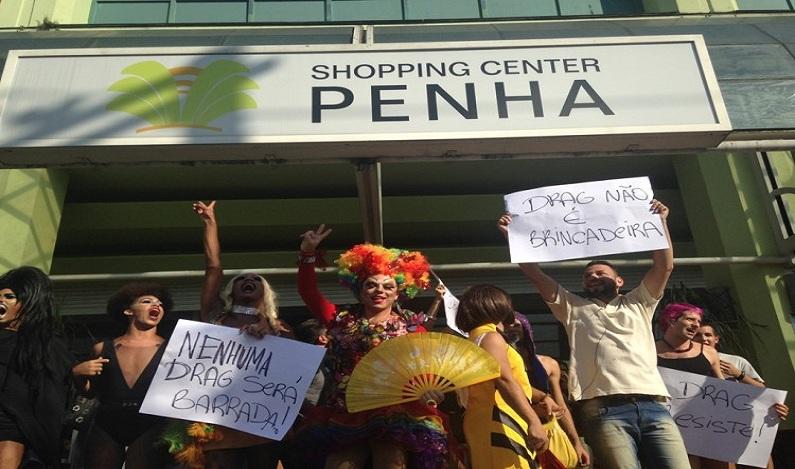 Após serem barradas, drag queens fazem 'beijaço' e desfile em shopping na Penha, em SP