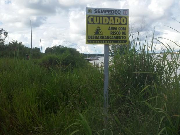 Placas alertam motoristas e moradores sobre o risco de transitar pela estrada do Ramal Maravilha (Foto: Toni Francis/G1)