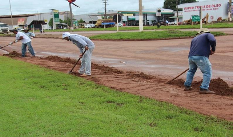 Presos do semiaberto limpam ruas e jardins de Cacoal, RO