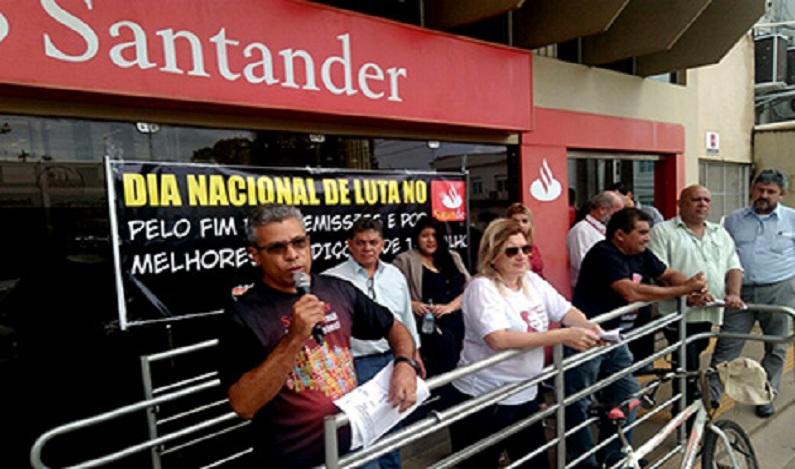 Bancários do Santander protestam contra as demissões e por melhores condições de trabalho, em RO