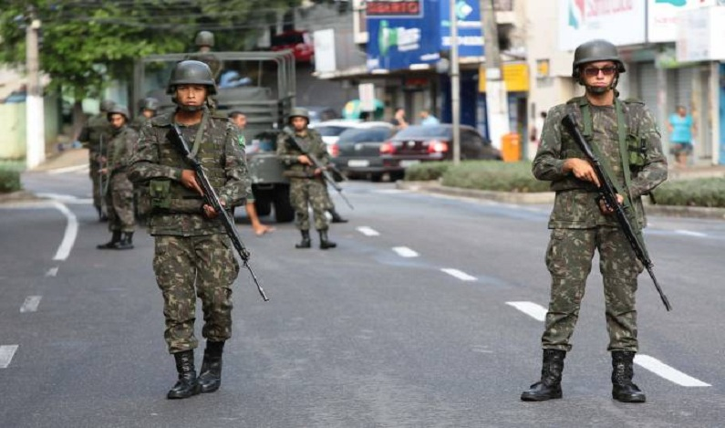 Em um mês de operações no RJ, forças armadas só encontraram 14 armas