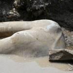 Gigantescas estátuas de faraós são encontradas em fossa egípcia