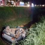 Na contramão, carro colide com carreta e cai dentro de vala na Avenida Jorge Teixeira