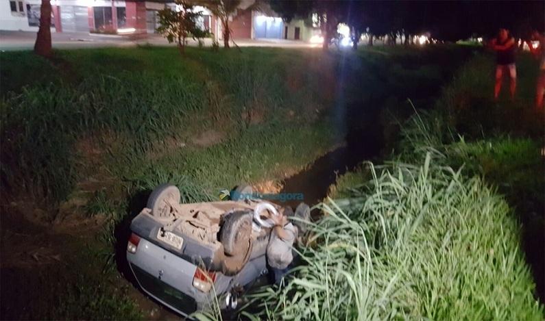 Na contramão, carro colide com carreta e cai dentro de vala na Av. Jorge Teixeira, em Porto Velho (RO)
