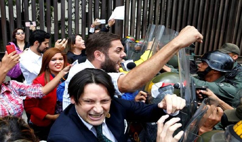 Deputados de oposição são agredidos em protestos na Venezuela