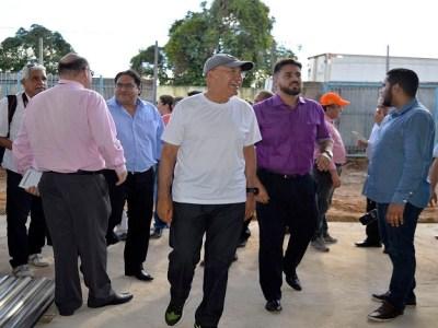 Deputado Léo Moraes inspeciona obras do ginásio Fidoca com governador